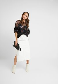 Vince Camuto - RUFFLE COUNTRY BOUQUET BLOUSE - Bluser - rich black - 1
