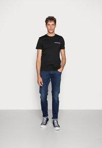 Calvin Klein Jeans - SMALL INSTIT LOGO CHEST TEE - T-shirt - bas - black - 1