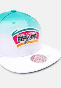 Mitchell & Ness - NBA SAN ANTONIO SPURS COLOUR FADE SNAPBACK - Cap - white/teal - 4