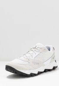 Columbia - IVO TRAIL BREEZE - Zapatillas de senderismo - white/black - 2