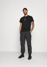 Calvin Klein Jeans - CK REPEAT TEXT GRAPHIC TEE UNISEX - Triko spotiskem - black - 1