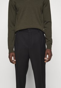J.LINDEBERG - REMY PLEATED PANTS - Trousers - black - 5