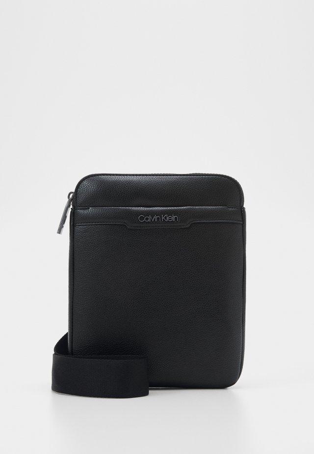 FLAT PACK - Taška spříčným popruhem - black