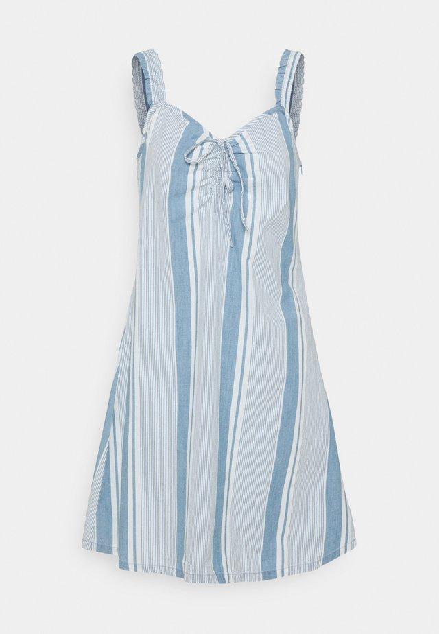 VMAKELA FLOU STRING - Denimové šaty - light blue denim/white