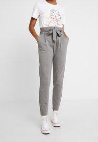 ONLY - ONLPOPTRASH EASY PAPERBAG PANT - Kalhoty - medium grey melange - 0