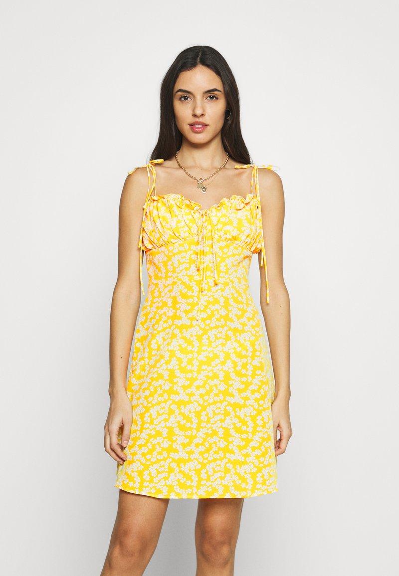 Glamorous - CARE PRINTED MINI DRESS WITH SHOULDER TIE DETAIL - Hverdagskjoler - yellow