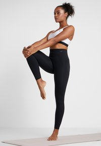 Nike Performance - W NK SCULPT LUX TGHT 7/8 - Legginsy - black