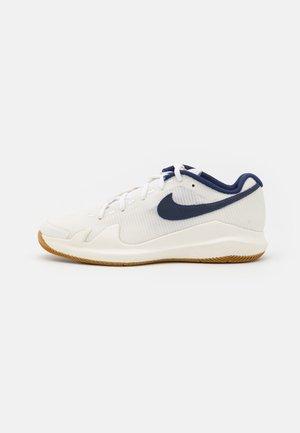 COURT JR VAPOR PRO UNISEX - Multicourt tennis shoes - summit white/binary blue/white/sail