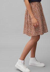 Marc O'Polo DENIM - ALLOVER-PRINT - Pleated skirt - multi/cinnamon brown - 4