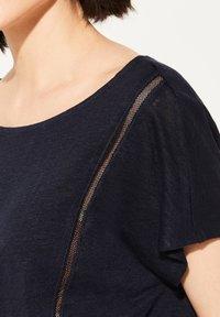 comma casual identity - MIT NETZ-EINSATZ - Print T-shirt - marine - 3