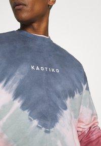 Kaotiko - UNISEX- CREW TIE DYE BUSTER - Sweatshirt - dark blue - 5