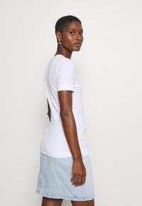 Tommy Hilfiger - ESSENTIAL SKINNY TEE - Basic T-shirt - white - 2