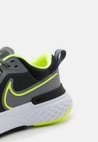 Nike Performance - REACT MILER - Obuwie do biegania treningowe - smoke grey/volt/black - 5