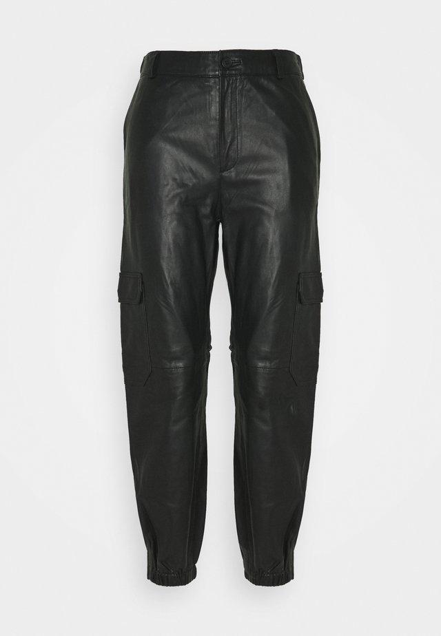 GERTA - Pantalon en cuir - black