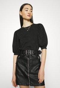 ONLY - ONLLUCILLA LIFE MIX PUFF - Print T-shirt - black - 3