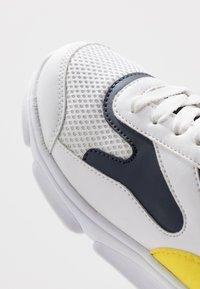 BOSS Kidswear - TRAINERS - Trainers - white - 5