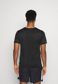Nike Performance - MILER - T-shirt print - black/silver - 2