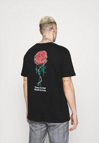 YOURTURN - ROSE AND BARBED WIRE UNISEX - T-shirt imprimé - black - 2