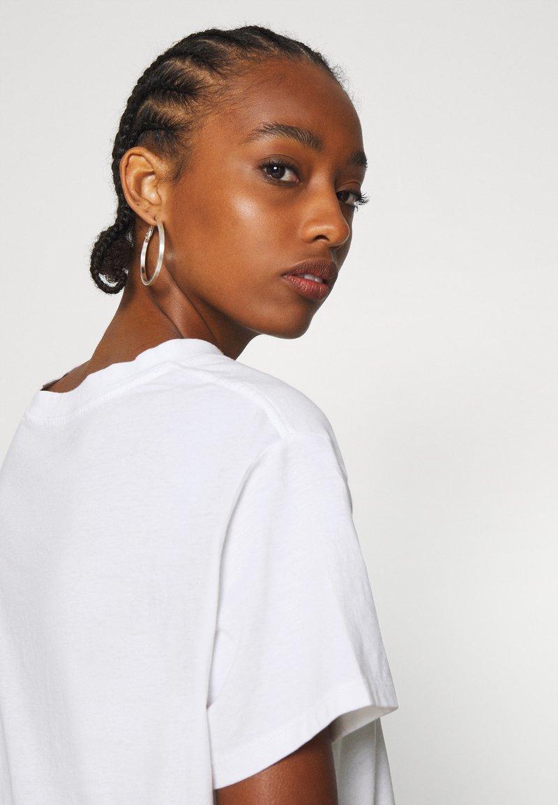 Levi's® GRAPHIC VARSITY TEE - T-Shirt print - white/weiß rszKn8