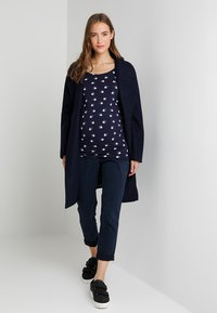 Zalando Essentials Maternity - T-shirt z nadrukiem - maritime blue - 1