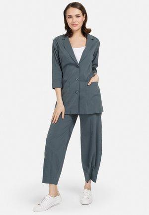 MIT REVERSKRAGEN - Short coat - dunkel grun