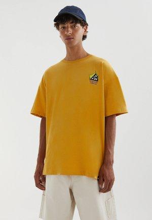 COMFORT ZONE - Print T-shirt - yellow