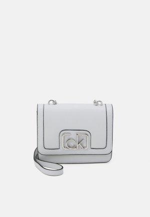 FLAP SHOULDER BAG - Taška spříčným popruhem - grey