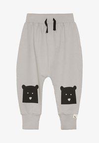Turtledove - BEAR KNEE HAREMS - Pantalon de survêtement - grey - 2