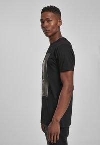 Mister Tee - MISTER TEE PRAY DOLLAR - Print T-shirt - black - 3