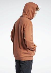 Reebok Classic - CLASSICS FOUNDATION VECTOR HOODIE - Hoodie - brown - 2