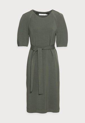 BECA DRESS - Žerzejové šaty - beetle green