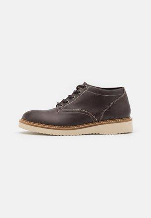 SLHTEO SHOE - Šněrovací kotníkové boty - chocolate brown