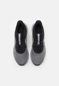 Nike Performance - REVOLUTION 5 PRM - Neutrální běžecké boty - black/chrome/smoke grey - 3