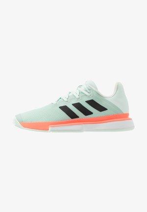 SOLEMATCH BOUNCE - Tennisschoenen voor alle ondergronden - green/core black/signal coral