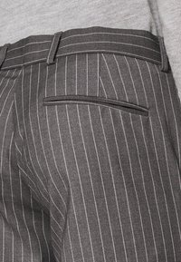 Isaac Dewhirst - BOLD STRIPE SUIT - Oblek - grey - 9
