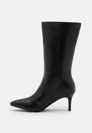 MIHIKA - Vysoká obuv - black