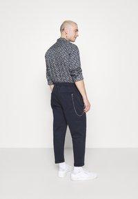 Redefined Rebel - LEE CROPPED PANTS - Pantaloni - navy blazer - 2