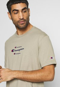 Champion - ROCHESTER WORKWEAR CREWNECK  - T-shirt z nadrukiem - grey - 4