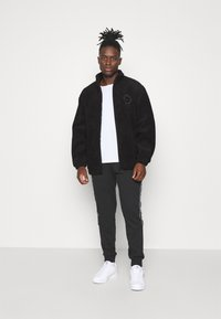 adidas Originals - COLLEGIATE CREST TEDDY TRACK JACKET - Allvädersjacka - black - 1