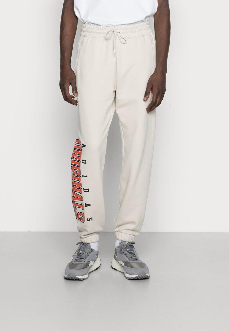 adidas Originals - SCRIPT PANT - Pantaloni sportivi - alumina