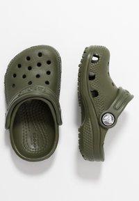 Crocs - CLASSIC UNISEX - Pool slides - army green - 0