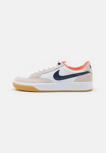 ADVERSARY PREMIUM UNISEX - Trainers - white/midnight navy/turf orange