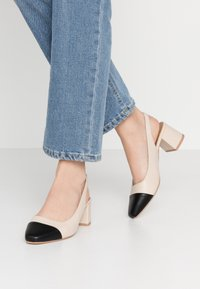 Rubi Shoes by Cotton On - LUCIA LOW BLOCK HEEL - Klassiske pumps - pale taupe/black - 0