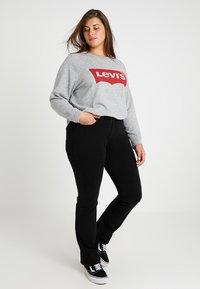 Levi's® Plus - PL RELAXED GRAPHIC CREW - Sweatshirt - plus fleece housemark smokestack htr - 2