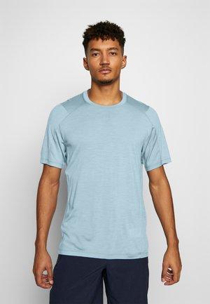 NATURE DYE GALEN  - Basic T-shirt - true indigo light