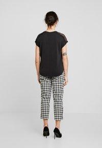 ONLY Petite - ONLFFREE - T-shirt basique - black - 2