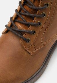 Jack & Jones - JFWKARL BOOT - Šněrovací kotníkové boty - cognac - 5