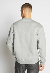 Nike Sportswear - Collegepaita - dark grey heather/white - 2