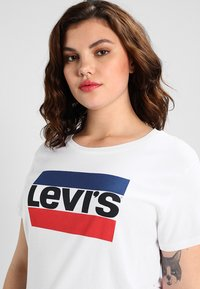 Levi's® Plus - PL THE PERFECT TEE - Triko spotiskem - white - 3