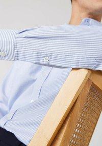 Lacoste - LACOSTE - Shirt - blanc / bleu - 4